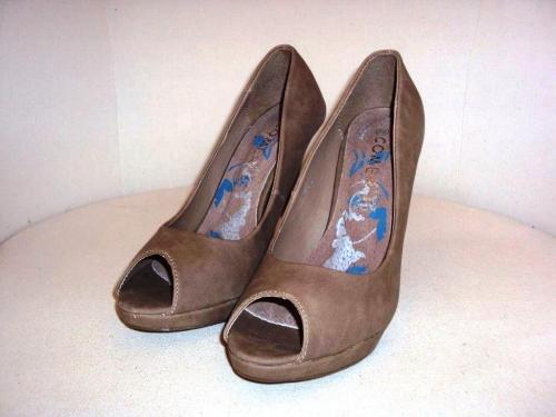 Barna magassarkú cipő